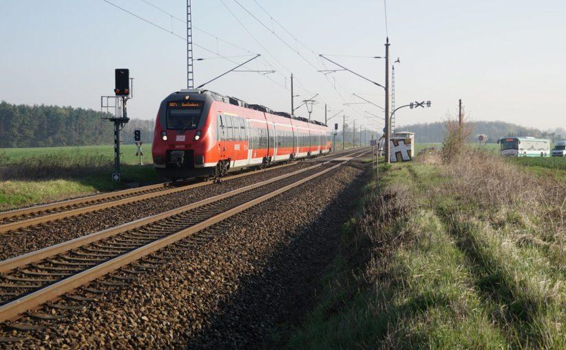 442 327 als RB24 nach Jüterbog am Bahnübergang der K 6005