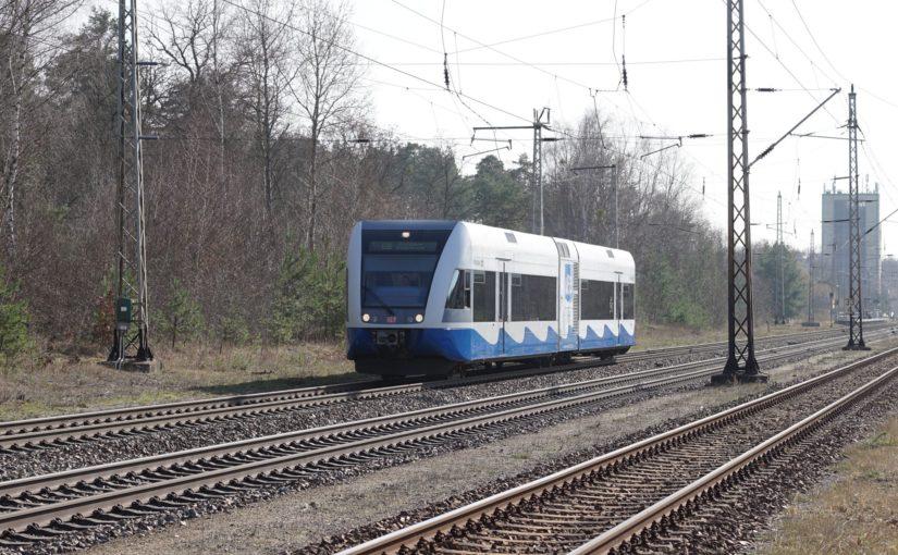 Stadler GTW 2/6 der UBB durcheilt den Bahnhof von Biesenthal