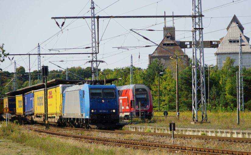 185 530-3 mit einem Zug des kombinierten Verkehrs in Fürstenberg / Havel