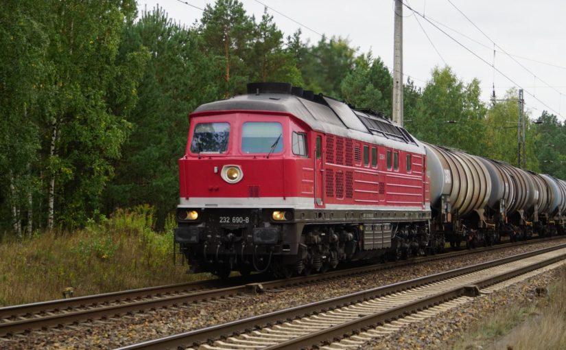 232 690-8 mit einem Kesselwagenzug in Britz