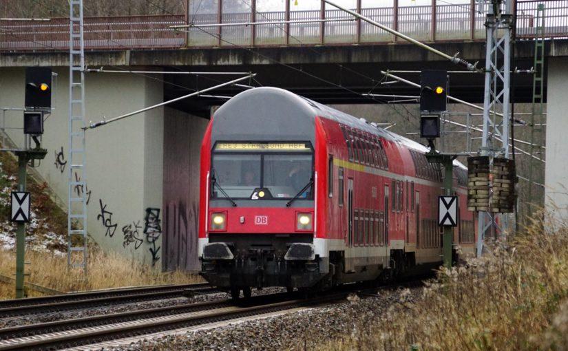 RE3 nach Stralsund unter der Brücke der L24