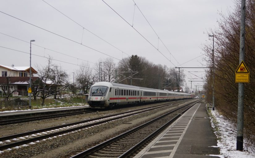 Ein IC durchfährt den Bahnhof Ostermünchen
