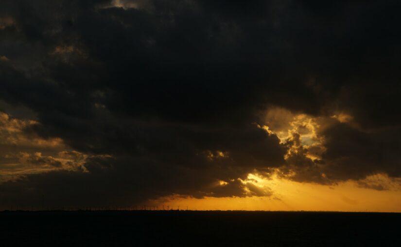 Dunkle Wolken über dem Watt