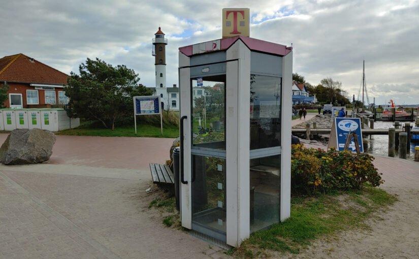 Telefonzelle im Hafen Timmendorf Strand
