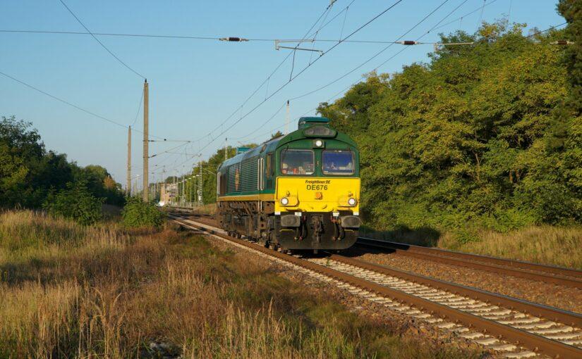 Freightliner DE676 durchfährt als Leerfahrt den Bahnhof Britz