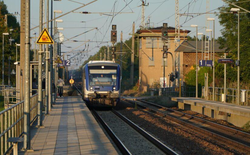 VT 004 der Niederbarnimer Eisenbahn und ICE treffen sich im Bahnhof Britz
