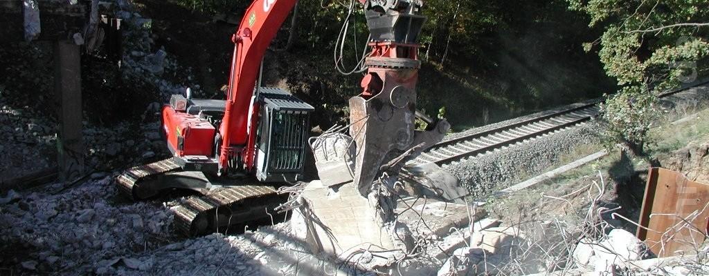 Abriss der Brückenpfeiler und ein Haufen Betonschrott