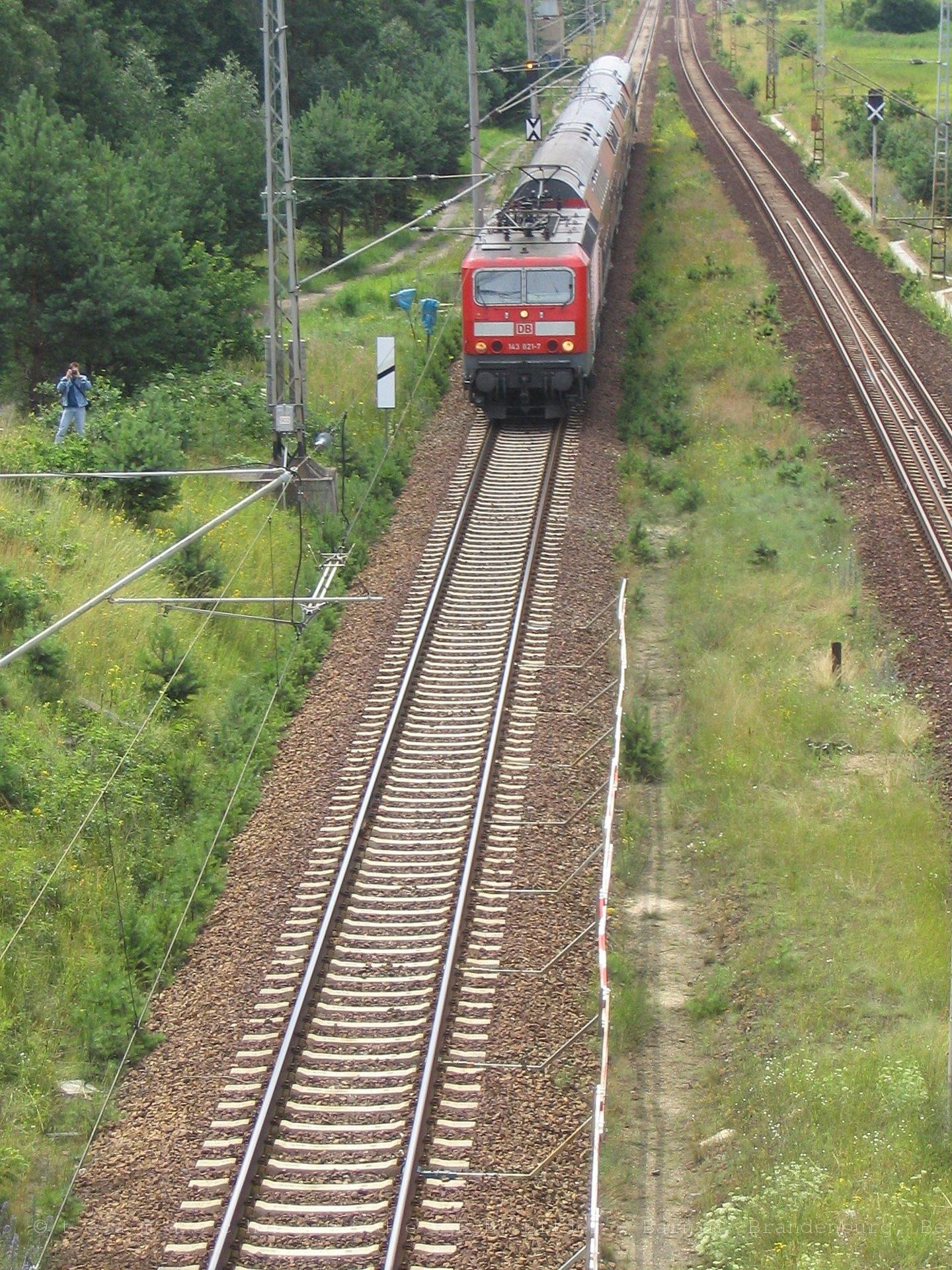 143 821-7 mit RE3 kurz vor dem Kreuzungsbauwerk mit dem Oder-Havel-Kanal