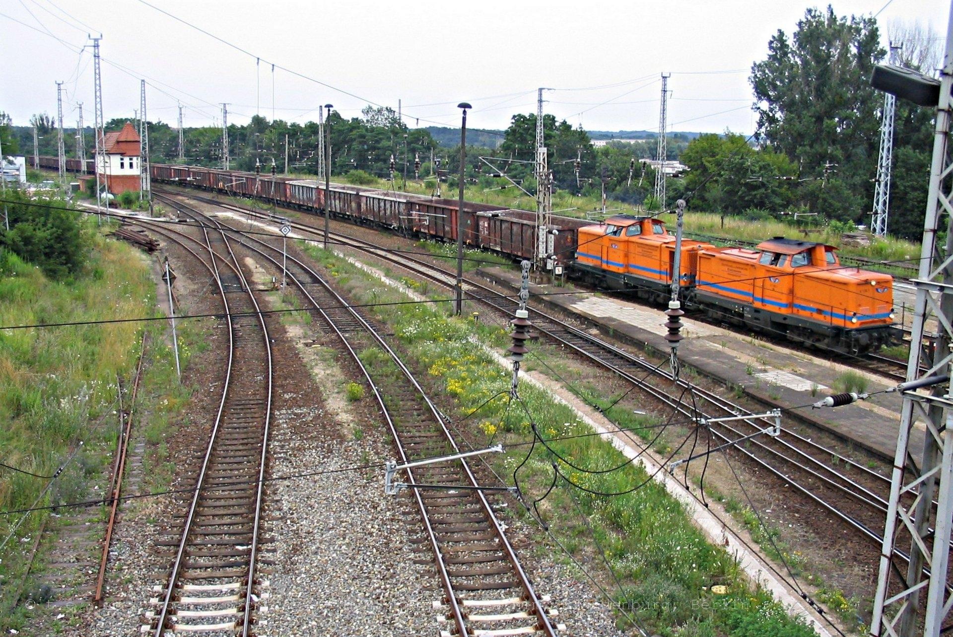 Zwei DB V100 der Osthavelländischen Eisenbahn bei Einfahrt in den Bahnhof Eberswalde