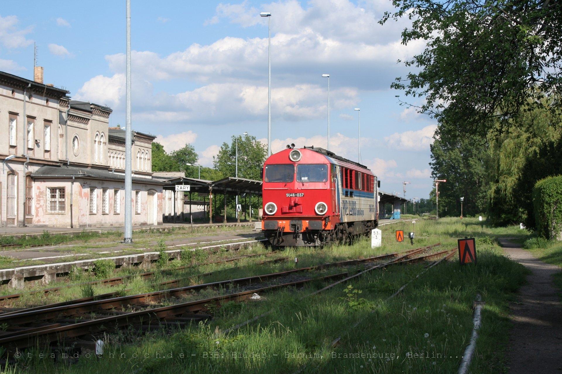 SU46-037 beim Einfahrt in den Bahnhof von Zary und beim anschließenden Umsetzen
