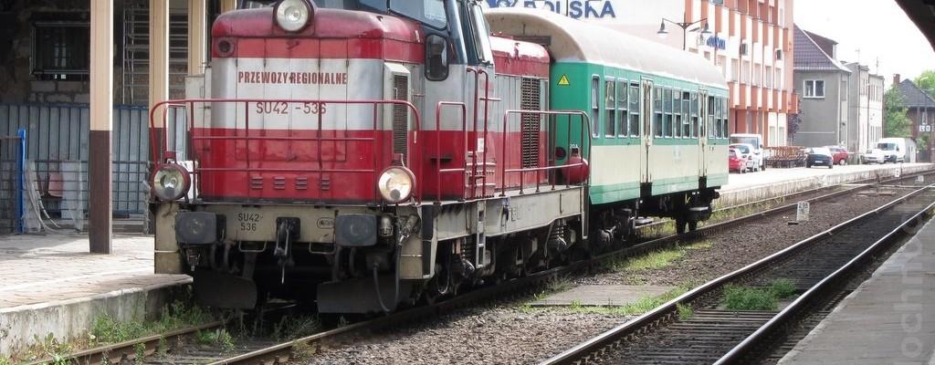 SU42-536 mit einem Personenzug in Leszno