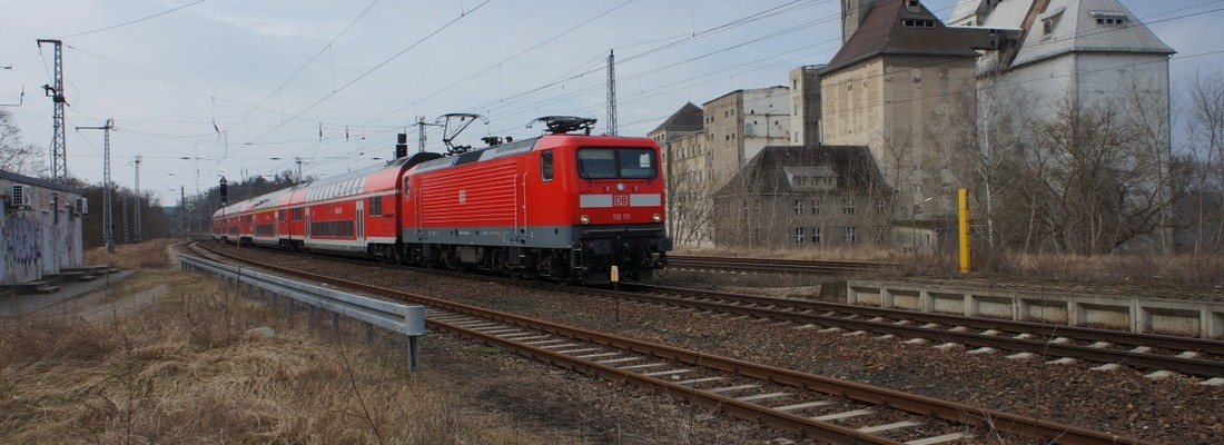 112 111 mit RE5 an den Getreidespeichern in Fürstenberg/Havel vorbei