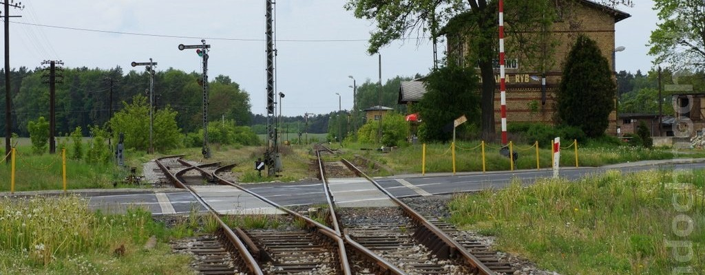 Bahnübergang am Bahnhof Wierzbno