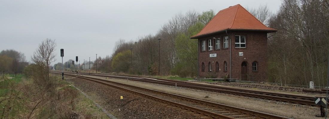 Stellwerk Löcknitz Ost und Blick auf den Bahnhof