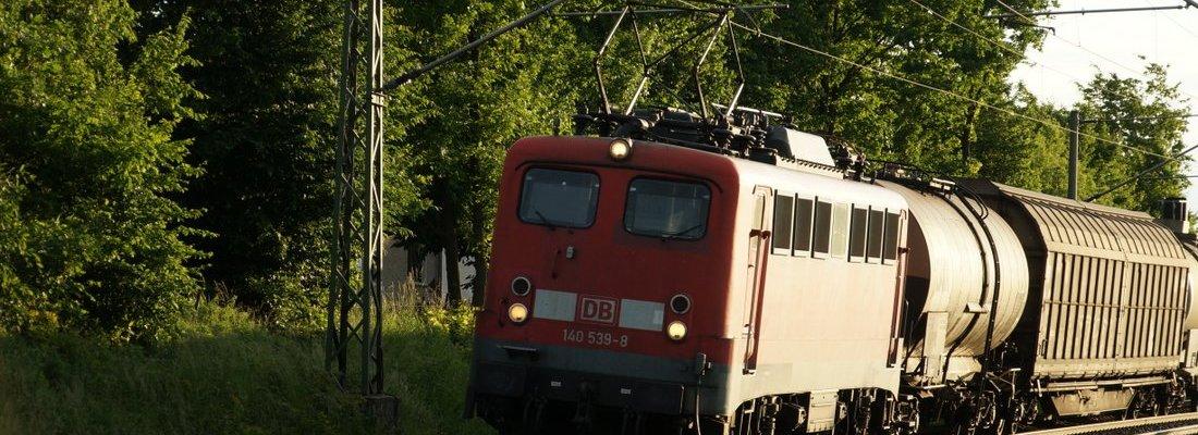 140 539-8 mit einem Güterzug nach Osten in Jacobsdorf (Mark)