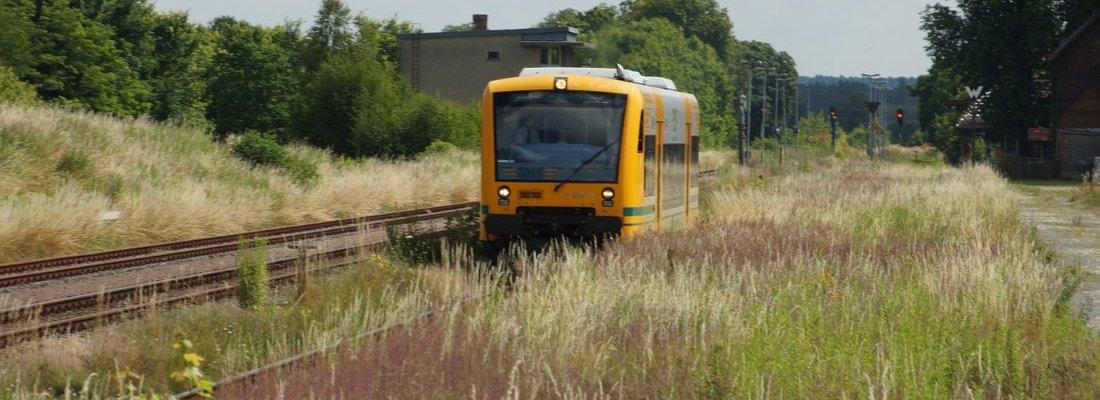 ODEG VT650.72 bei Ausfahrt aus dem Bahnhof Werneuchen