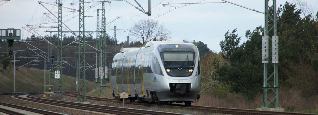 RB12 nach Berlin Ostkreuz bei Einfahrt in den Bahnhof Löwenberg