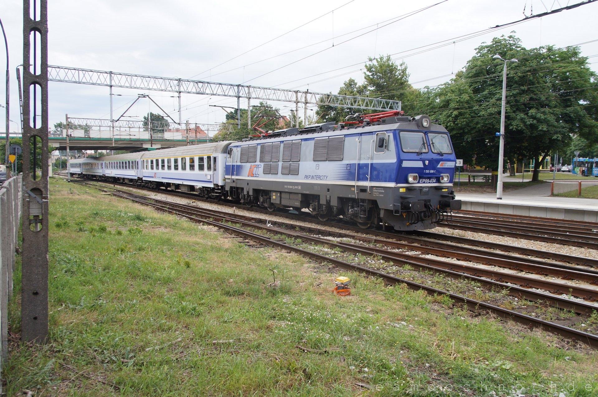 EP09-034 (1 150 006-1) bei Einfahrt in den Bahnhof von Zielona Góra