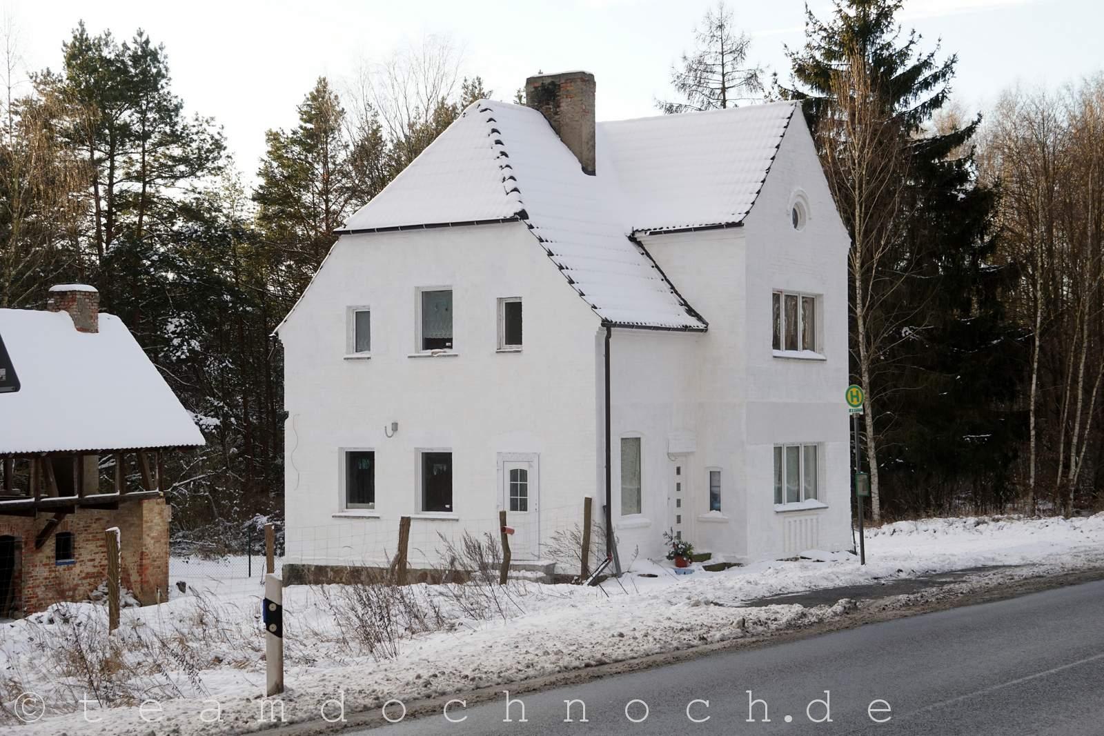 Chaussee-Geisterhaus an der B198 am Tag