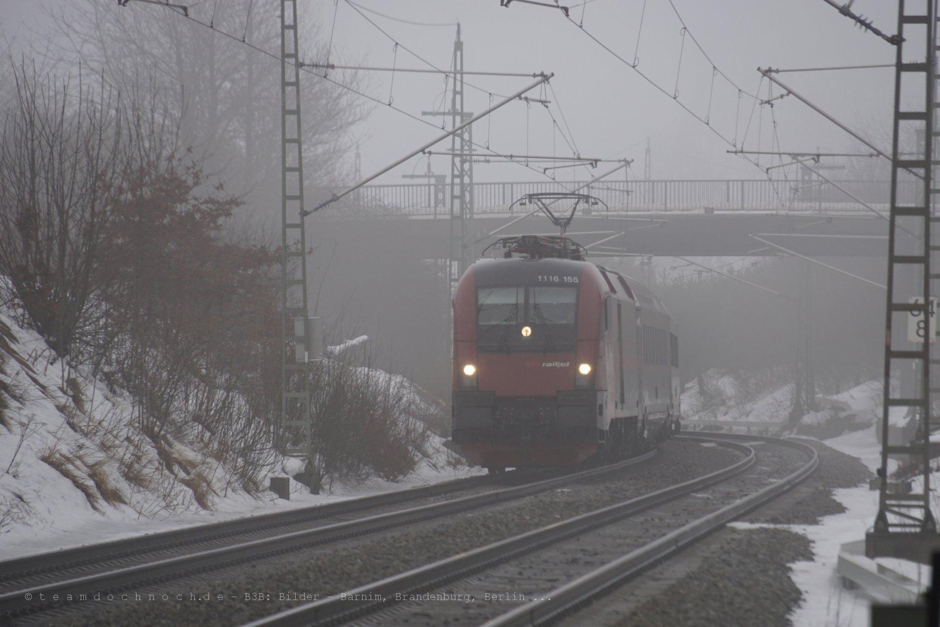 Ein Railjet kommt aus dem Nebel und verschwindet wieder