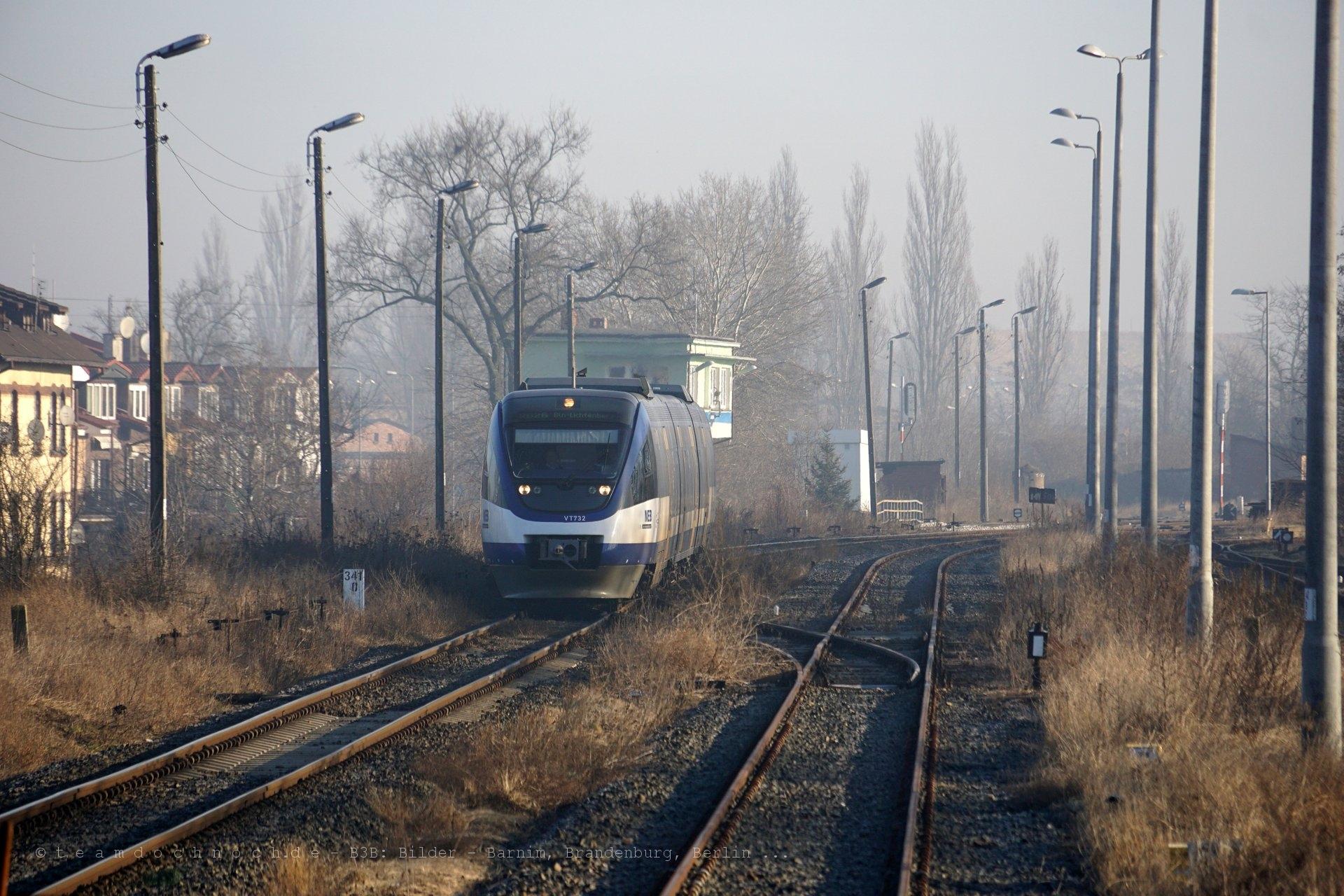 VT 732 der NEB bei Ausfahrt aus dem Bahnhof Kostrzyn nad Odrą