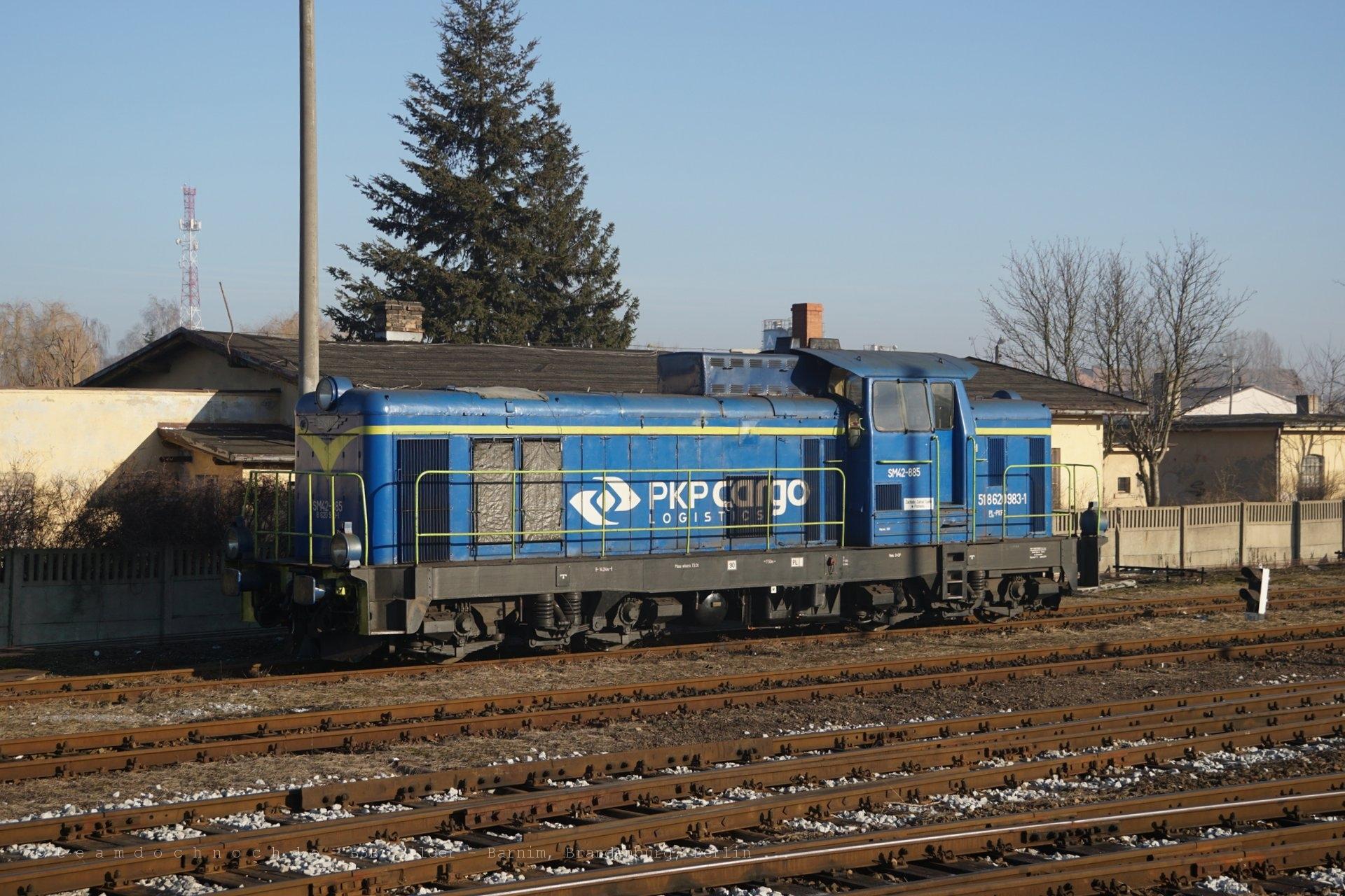 SM42-885 wartet auf dem oberen Bahnhof von Kostrzyn nad Odrą