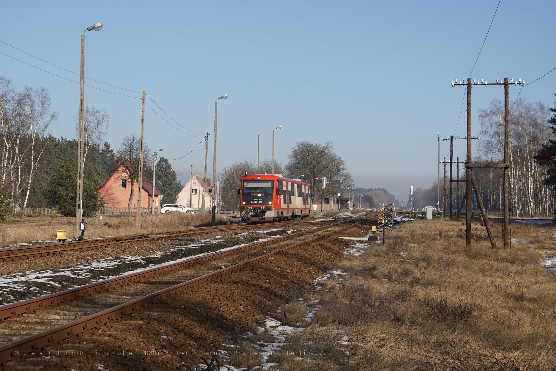 SA108-005 verläßt den Bahnhof Biernatowo an der Ostbahn in Richtung