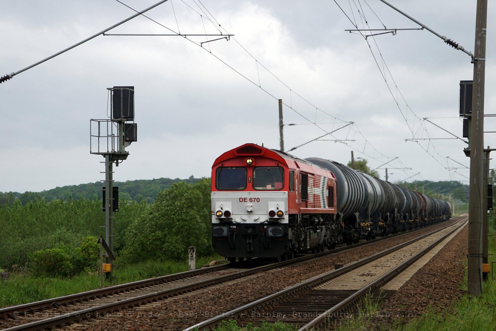 Class 66 DE650 der HGK am Bahnübergang westlich von Kerkow