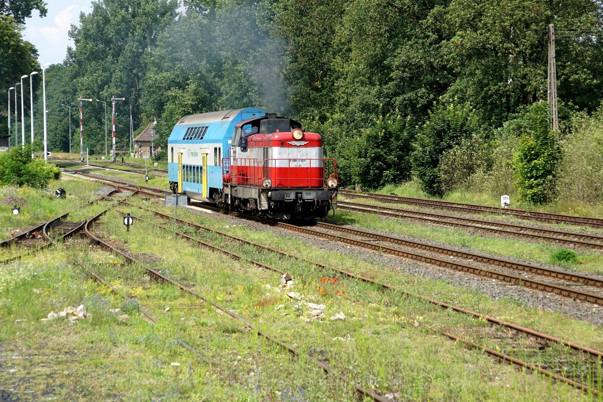 SU42 518 verläßt den Bahnhof Nowiny Wielkie