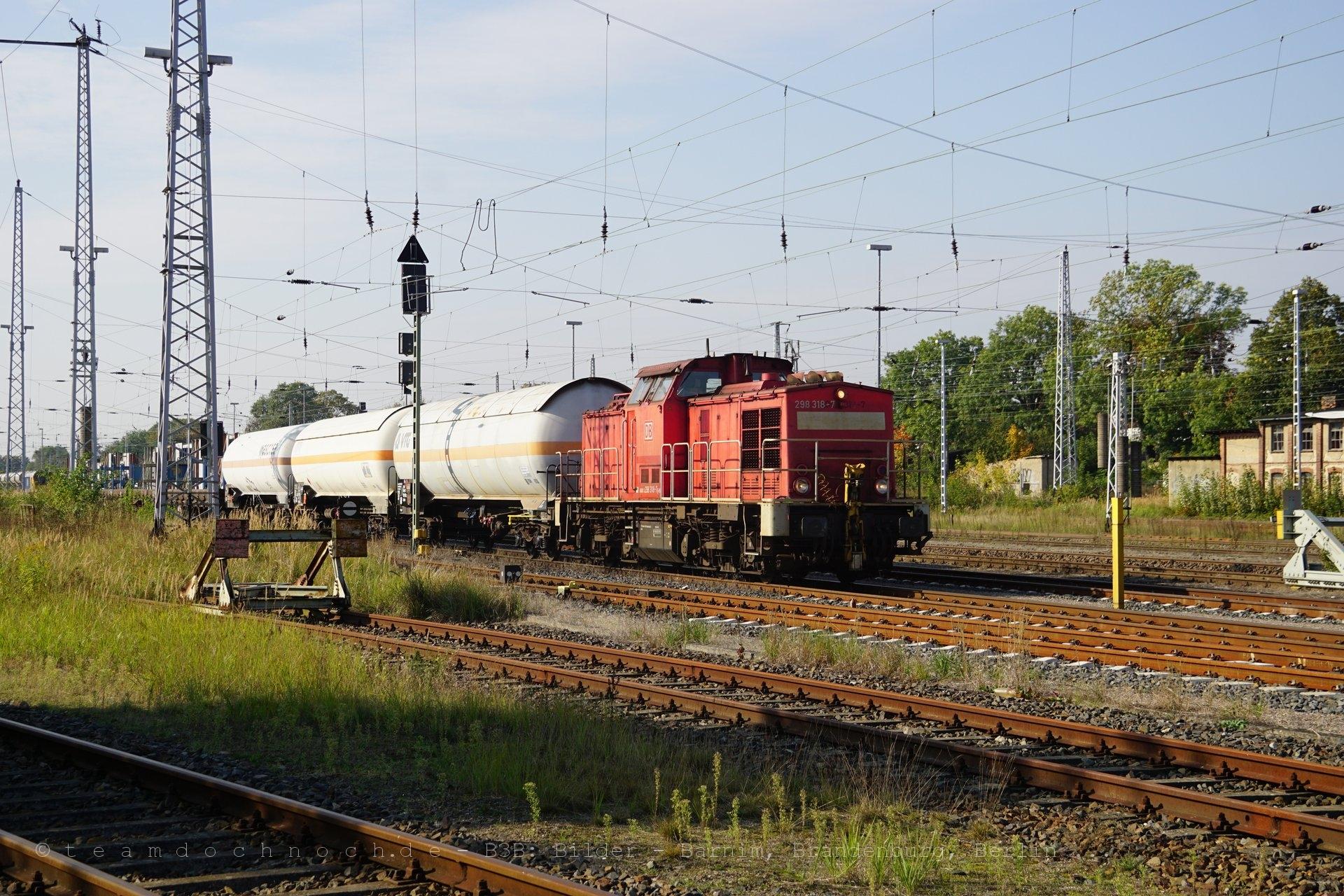 298 318-7 mit einem Güterzug in Neustrelitz