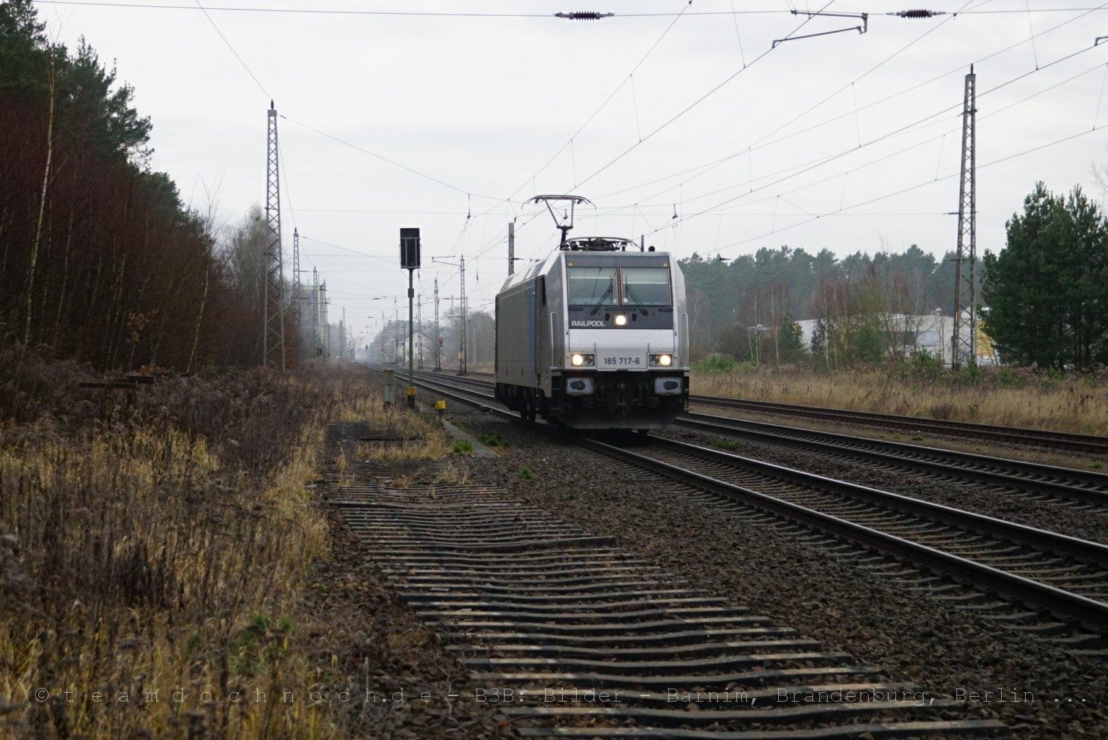 Railpool 185 717-6 durchfährt den Bahnhof Biesenthal