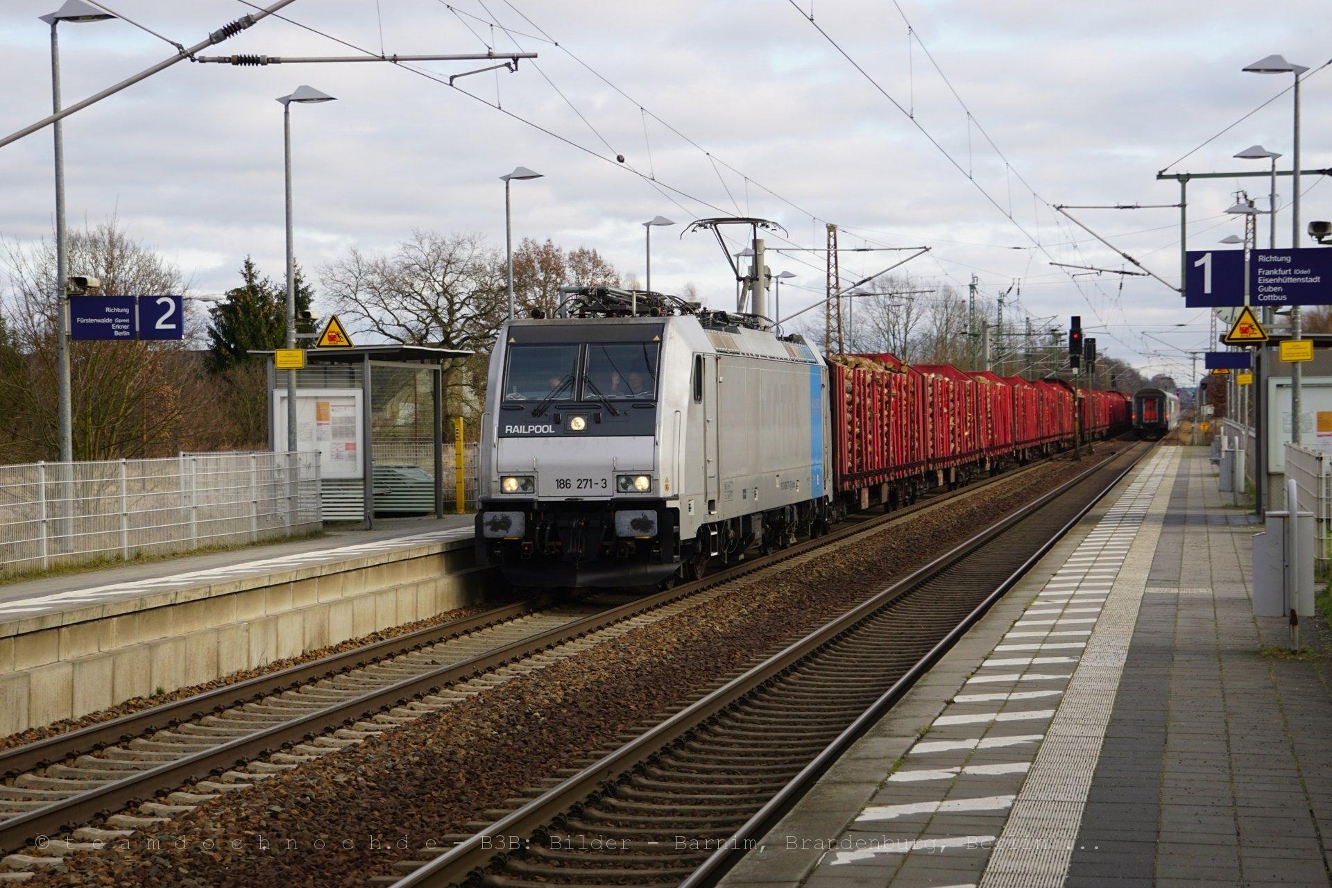 186 271-3 mit einem Güterzug in Briesen (Mark)