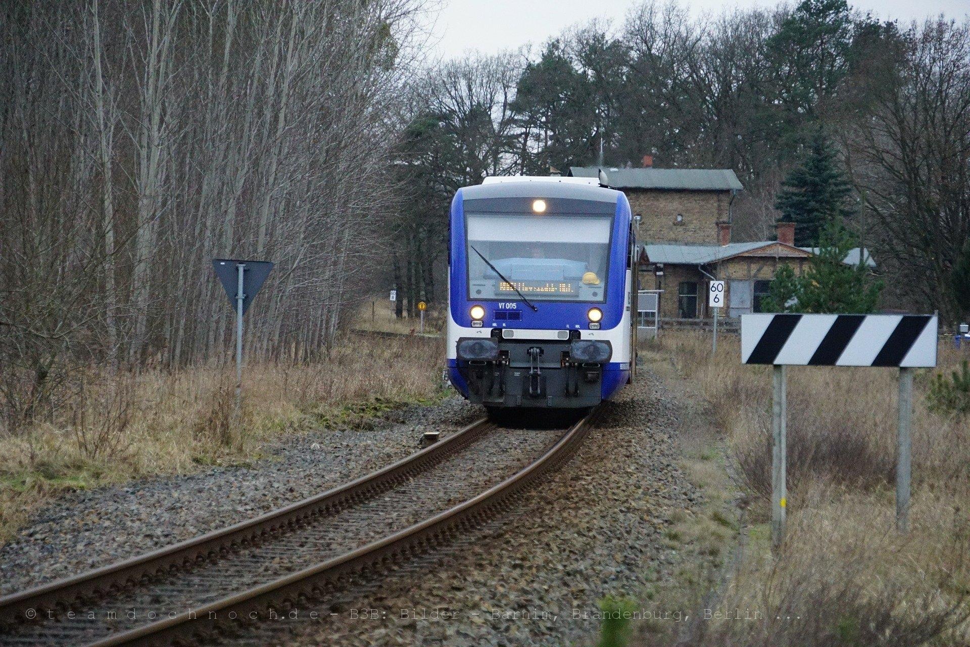 VT 005 der NEB verläßt den Bahnhof Althüttendorf