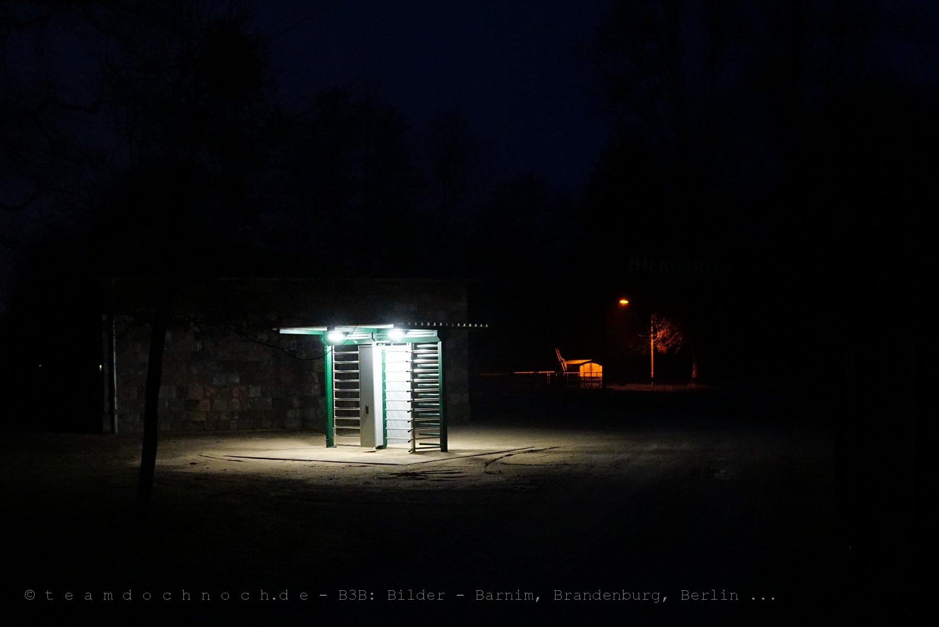Eine Drehtür in der Nacht