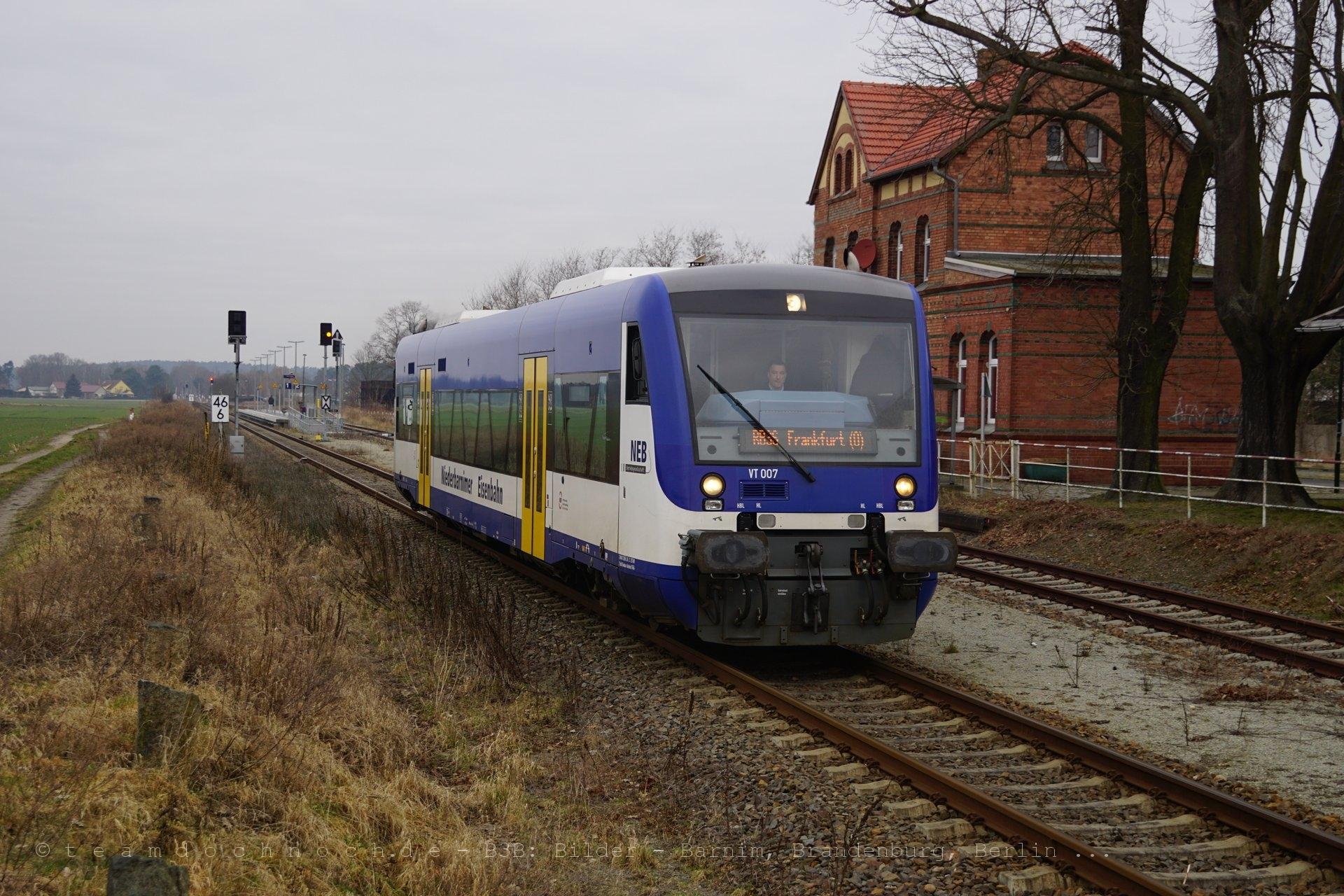 VT007 der NEB im Bahnhof Friedersdorf