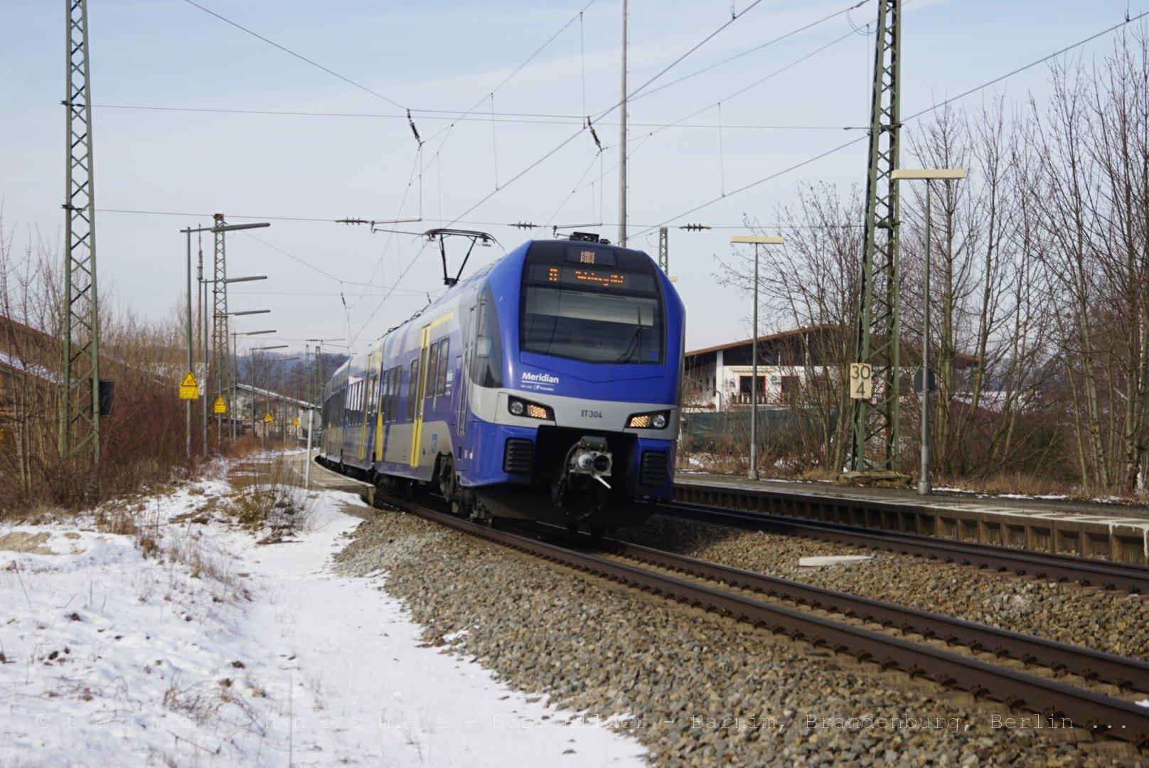 ET 304 als Meridian beim Verlassen des Bahnhof Bernau am Chiemsee