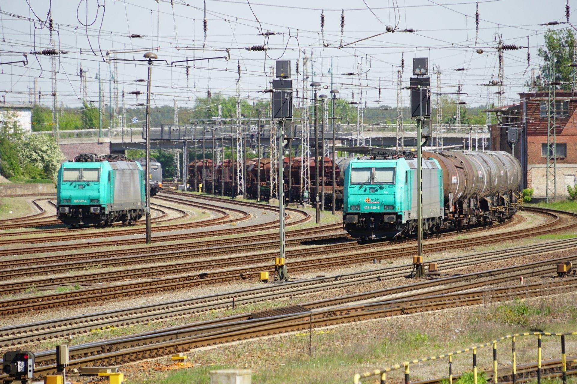 185 577-4 und 185 618-6 der mkb Güterverkehr in der Mittagsglut am Hauptbahnhof Eberswalde
