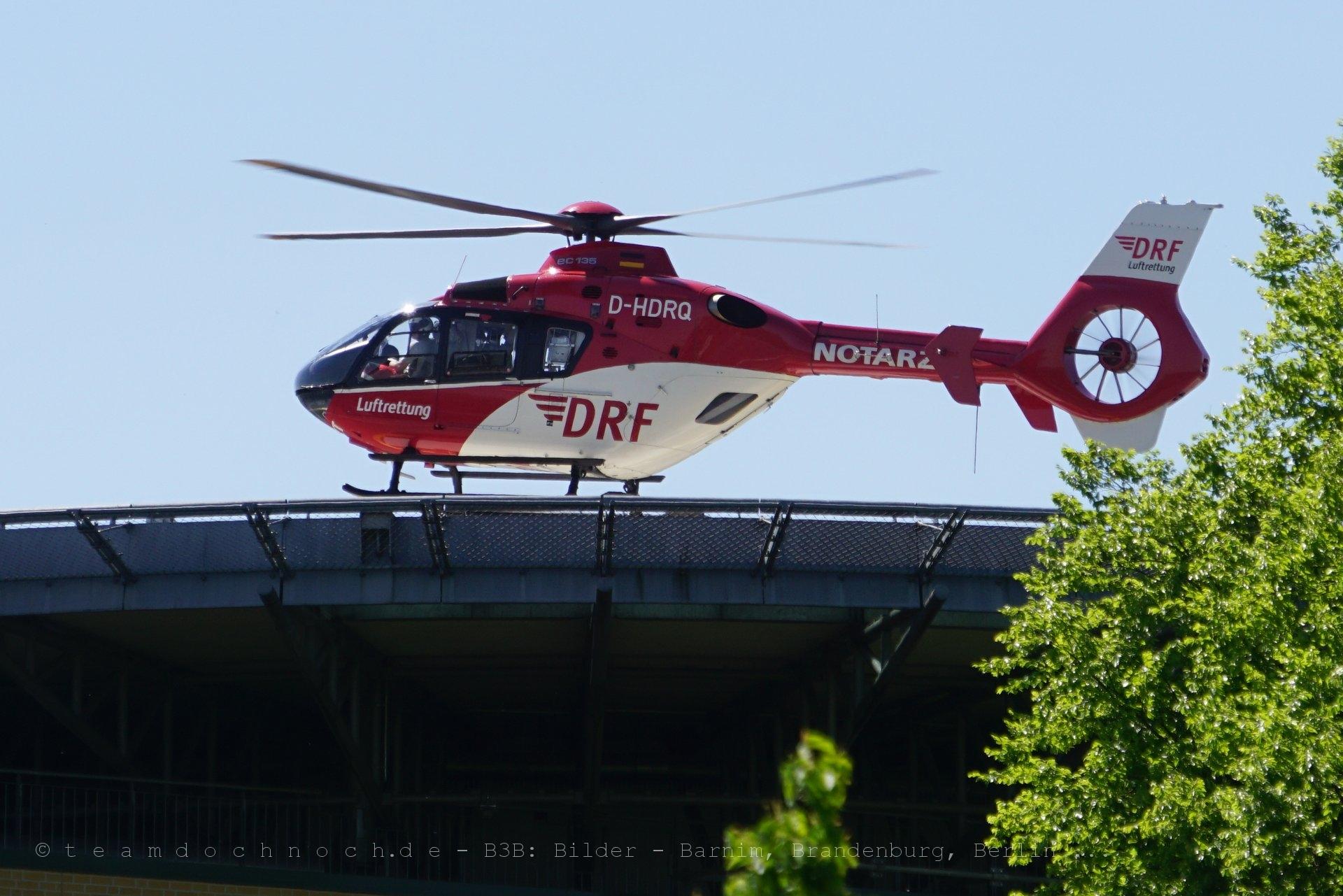 Notarzt der Luftrettung bei der Landung auf dem Forßmann-Krankenhaus in Eberswalde