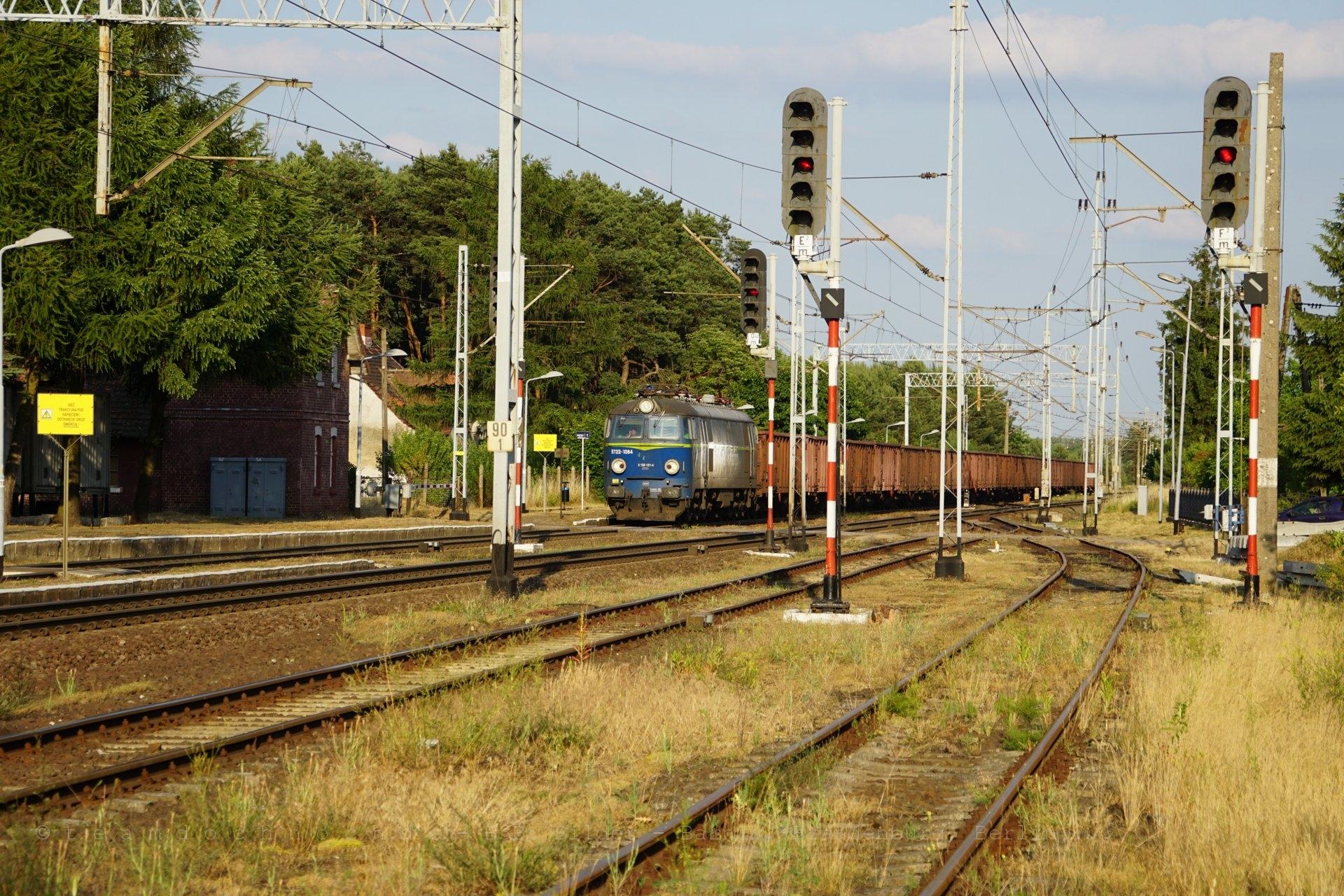 ET22-1084 durchfährt aus Krzyż kommend den Bahnhof von Drawiny