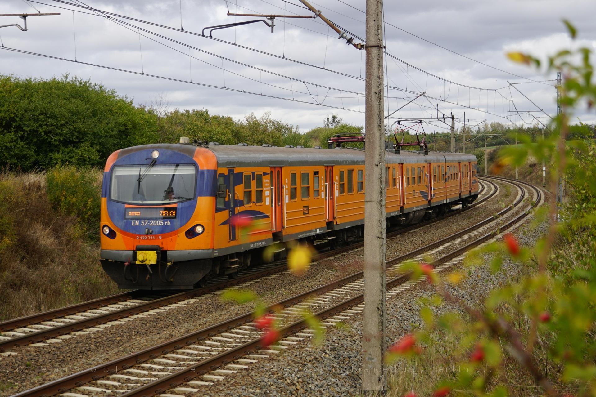 EN 57-2005 auf dem Weg nach Zielona Gora kurz hinter dem Bahnhof Pacholęta