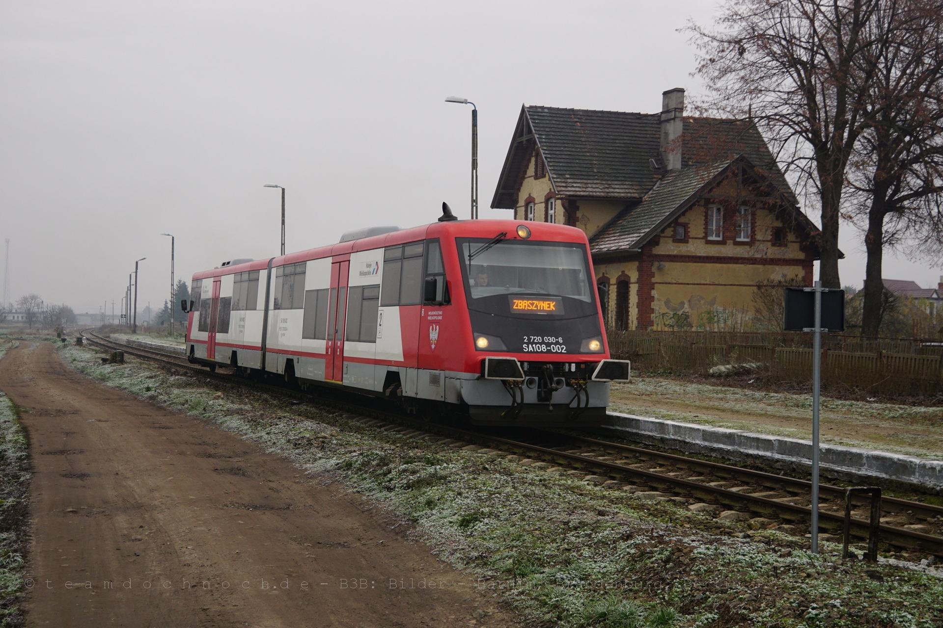 SA108-002 verläßt Zbąszyń Przedmieście in Richtung Zbąszynek