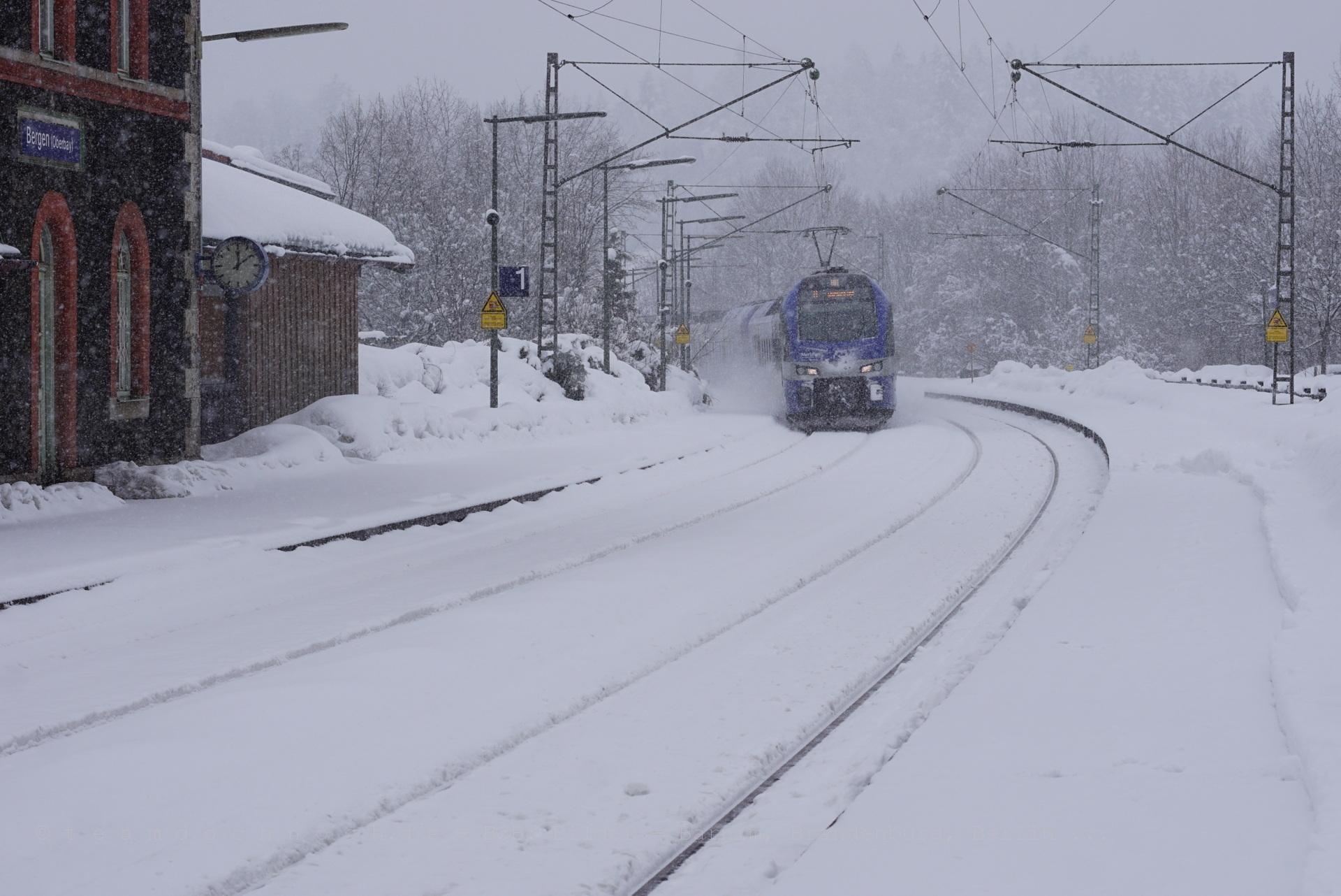 Meridian M79015 nach Salzburg Hbf bei Schneetreiben im Bahnhof Bergen (Oberbayern)