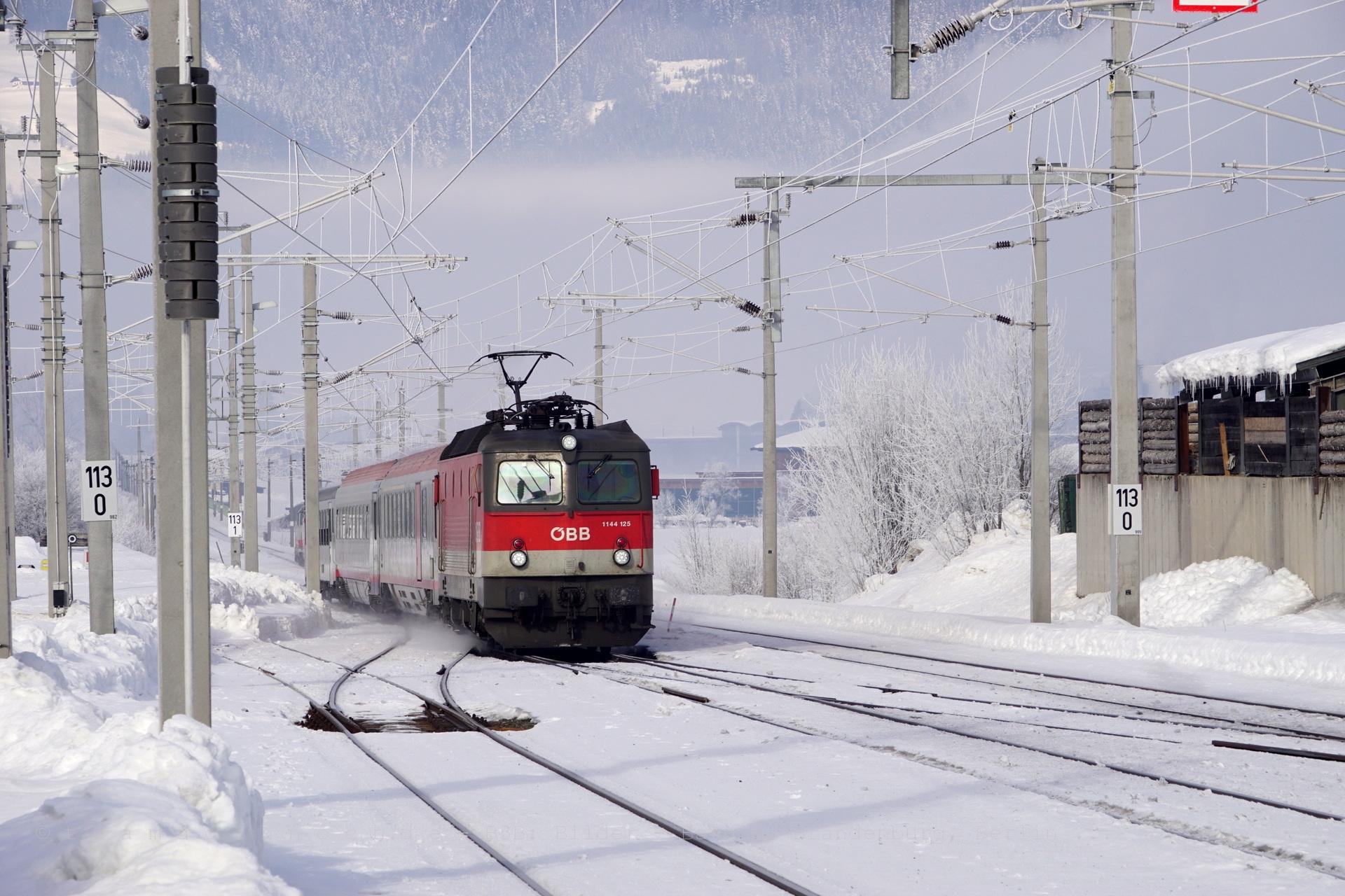 ÖBB 1144 125 als IC515 nach Graz bei Einfahrt in den Bahnhof Saalfelden