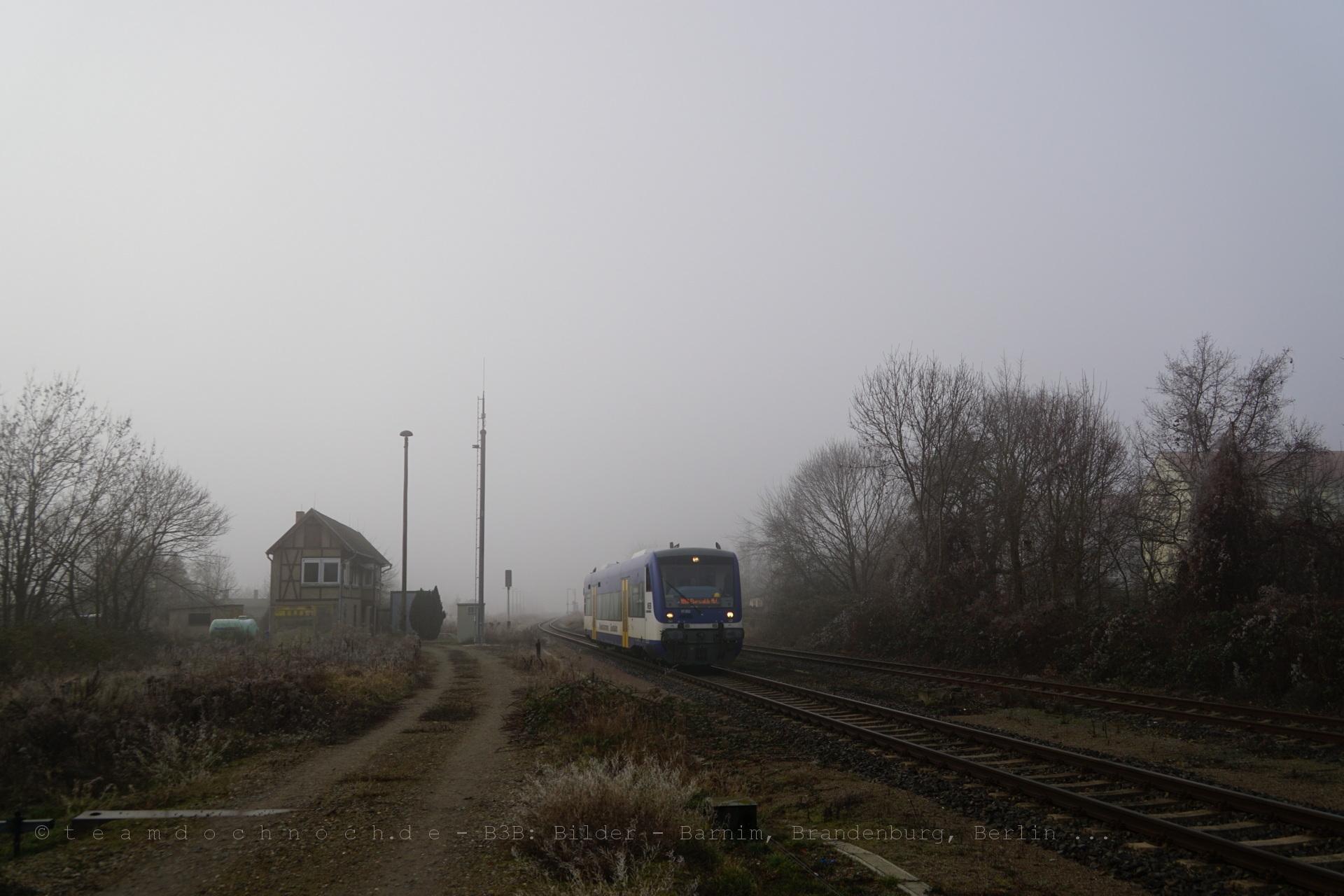 VT002 der NEB verläßt auf dem Weg nach Eberswalde den Bahnhof Wriezen