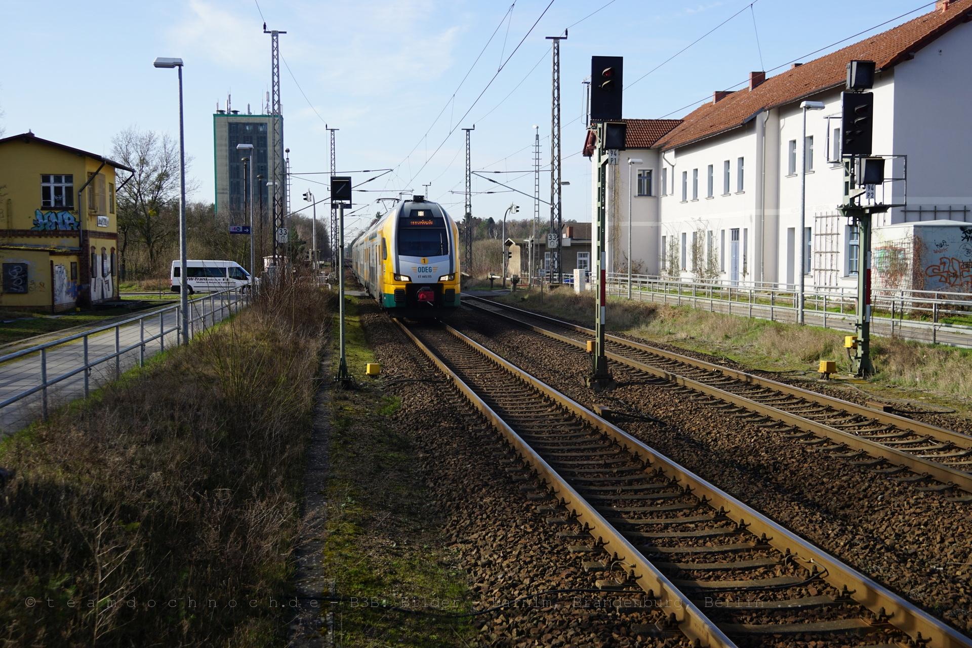 ET 445.115 der ODEG durchfährt den Bahnhof Biesenthal