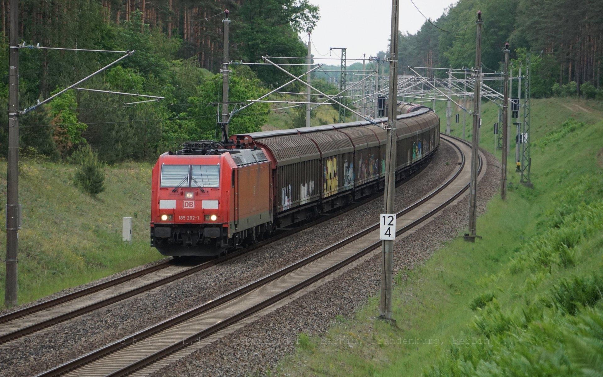185 282-1 mit einem Güterzug auf der Lloydbahn