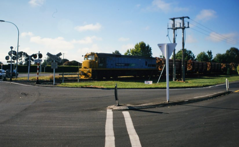Lok 5137 mit einem Holzzug nach Norden