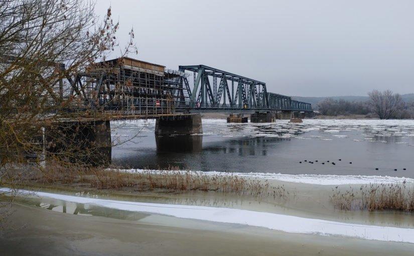 Sanierungsarbeiten an der alten Bahnbrücke nach Siekierki
