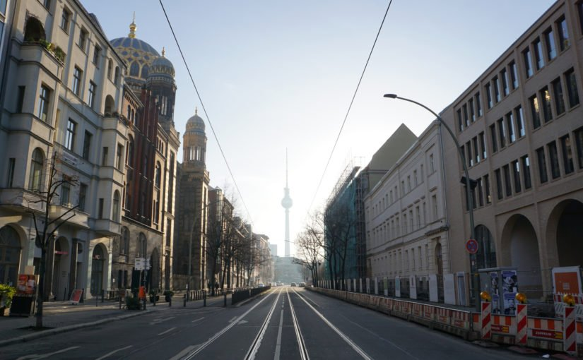 Blick auf den Fernsehturm durch die Oranienburger Straße