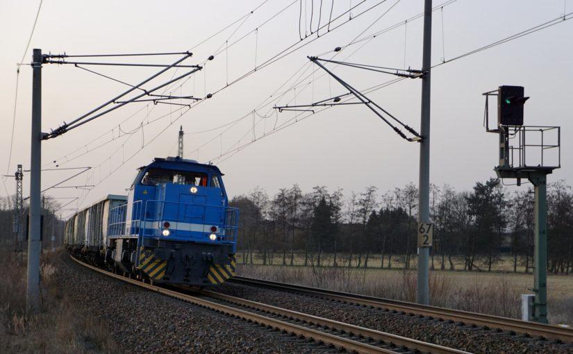 Lok 1522 der Eisenbahn Anlagen Handel GmbH legt sich bei Jacobsdorf in die Kurve